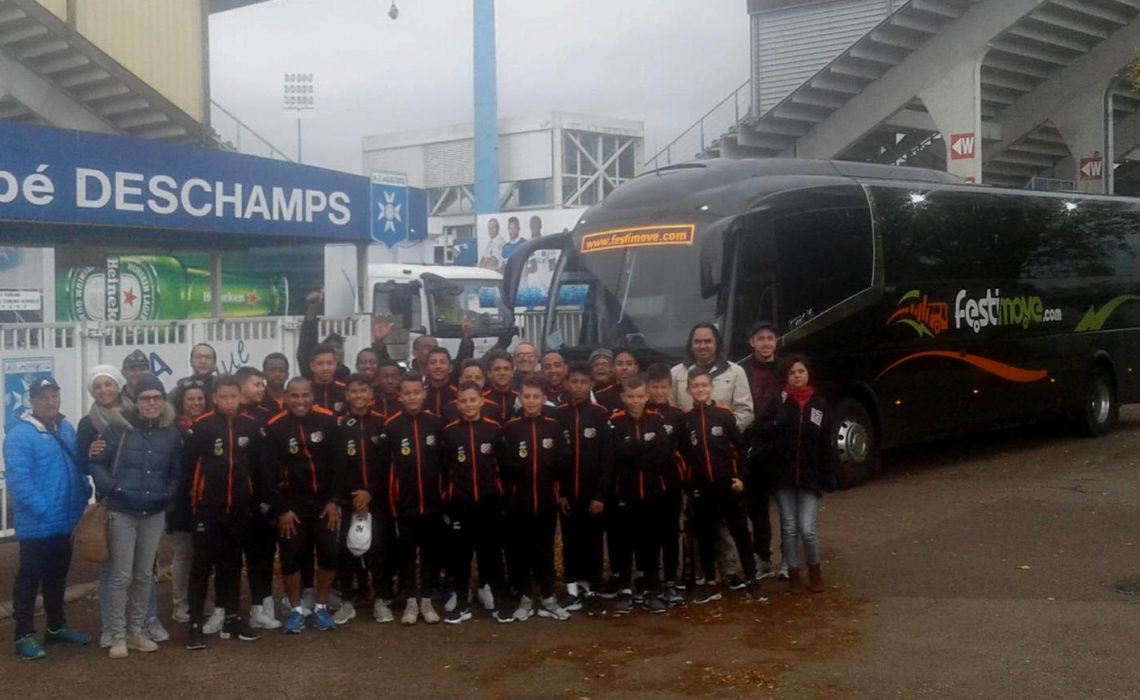 Groupe de jeunes sportifs – Transport d'équipe de football